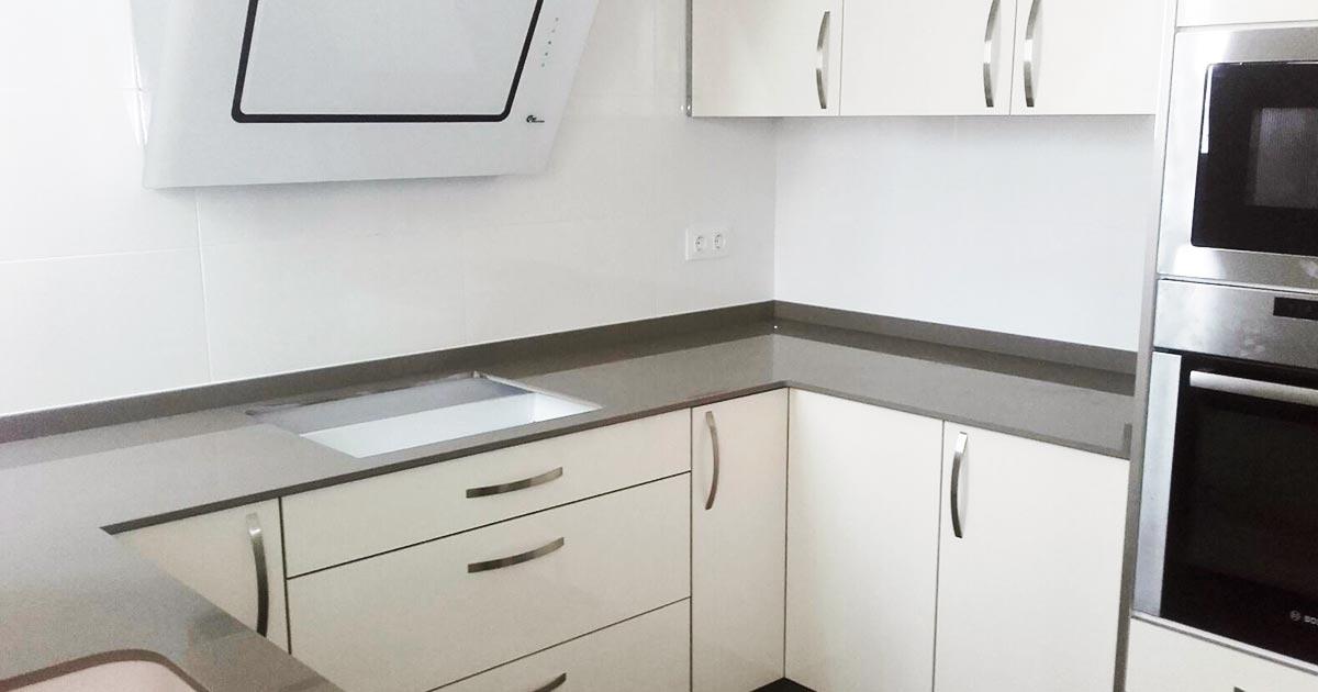Cocinas blancas y grises en tendencia quieres saber por qu encimeras online - Encimeras cocinas blancas ...